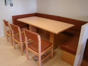 stół zkanapą ikrzesełkami