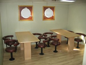 stoliki z krzesłami w jadalni