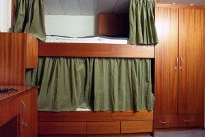 łóżka piętrowe w kajucie