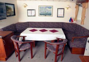 stolik z krzesłami i kanapą