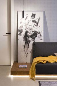 obraz położóny przy ścianie