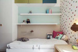 łóżko dziecięce z półkami