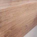 drewniane wykończenie półki