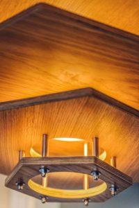 podwieszany drewniany żyrandol