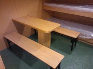 stolik z ławkami