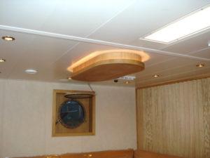 podwieszany żyrandol drewniany