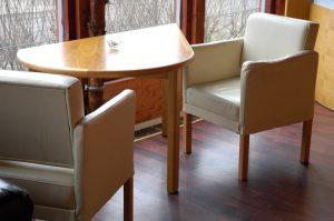 stolik dla dwojga w kształcie łzy